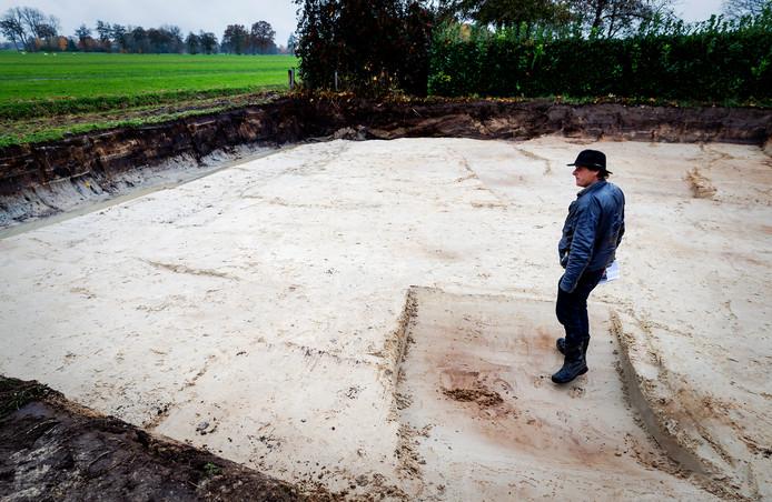 Jan Huzen bekijkt in november na afloop de graafwerkzaamheden van de politie op een perceel in Koekange.
