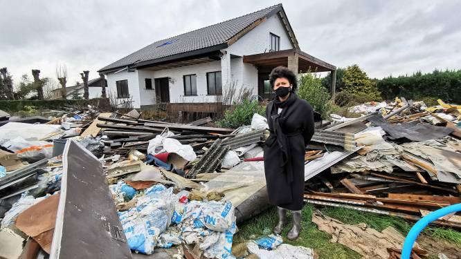 """Tonnen bouwafval stiekem gedumpt in tuin Nadine: """"Ongelofelijk. Dit was mijn droomhuis, maar ik wil er zelfs niet meer wonen nu"""""""