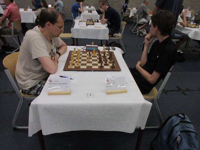Links koploper Vyacheslav Ikonnikov (Rusland) in zijn winstpartij tegen de 16-jarige Rotterdammer Liam Vrolijk.