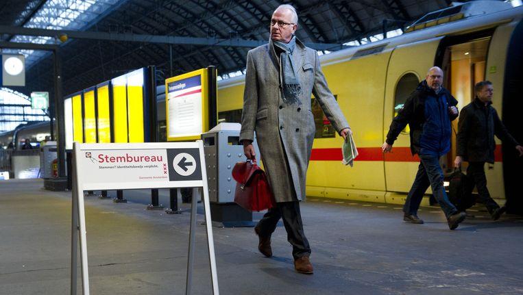 Op Amsterdam Centraal kan al vanaf 6.30 uur gestemd worden. Beeld anp