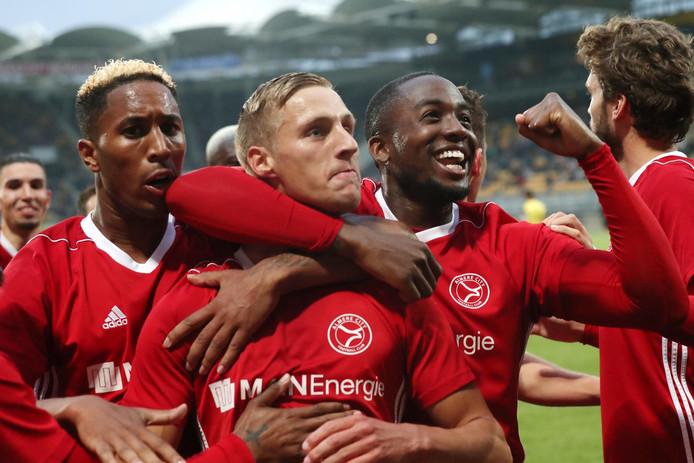 Vreugde bij de spelers van Almere City na de sensationele winst bij Roda JC (1-2) in de halve finale van de play-offs. De ploeg wacht nu de dubbele finale tegen De Graafschap.