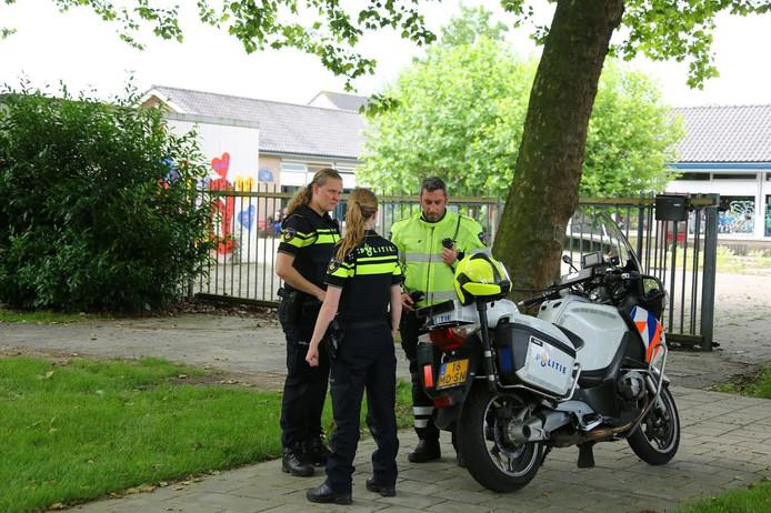 Politie bij de toegang tot de leegstaande school.