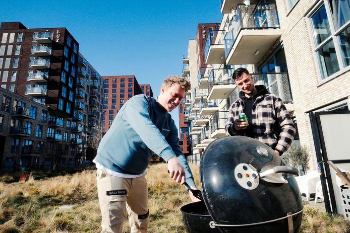 Buren Tim (links) en Terence op het terrein tussen de appartementen op het Europaplein.