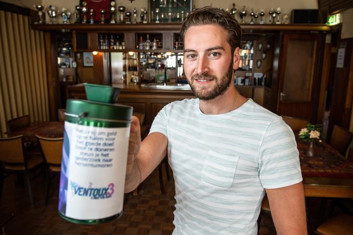 Jorrick Brinkman houdt een veiling in cafe Spekhorst om geld op te halen voor Ventoux3.