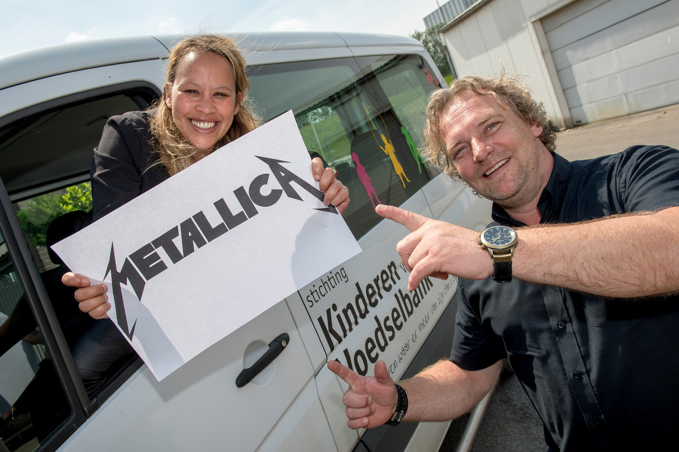 Oprichters Mirella Mulder en Maurice van der Ven van stichting Kinderen van de Voedselbank zijn maar wat blij met de donatie van metalband Metallica die hen te wachten staat.
