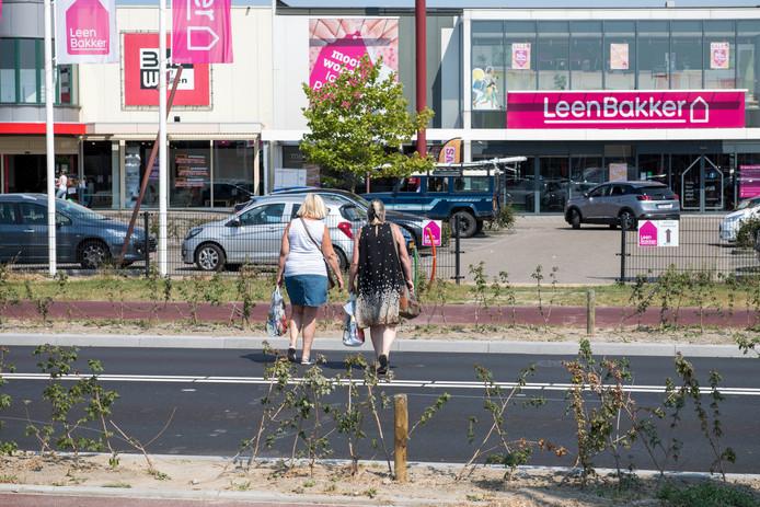 Voetgangers steken nu al vaak over tussen de twee winkelcentra aan de Kennedylaan, terwijl er (nog) geen zebrapad ligt.