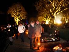 Leerdamse begraafplaats verlicht met vuurkorven, lampionnen en kaarsen