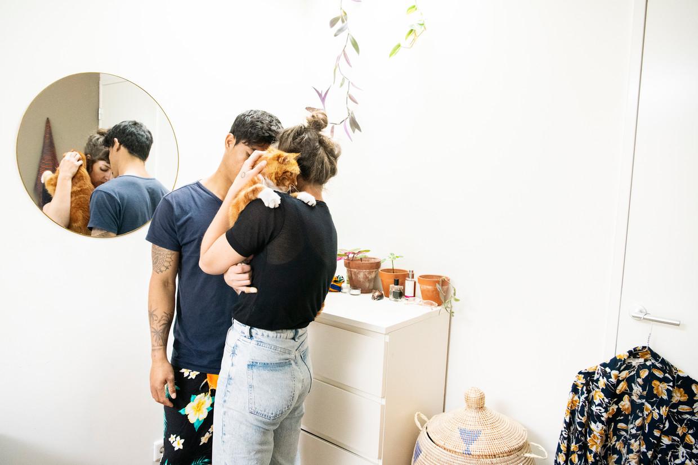 Sanne Zurné en Taubu in hun appartement. Ze blijven liever onherkenbaar in dit verhaal. Beeld Sanne De Wilde