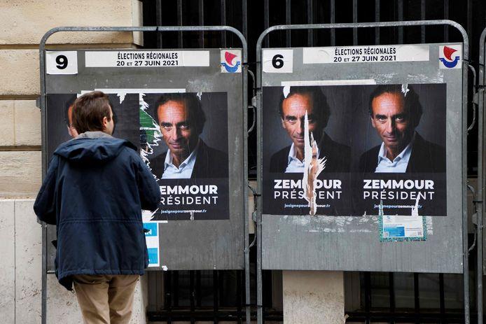 """Des milliers d'affiches """"Zemmour président"""" sont apparues dans les rues de Paris dans la nuit de dimanche à lundi."""