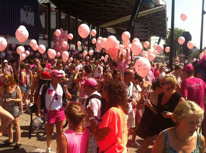 Drukte op het station vlak voor de aankomst van de Roze Maandag Express. Foto: Rik Goverde/BD