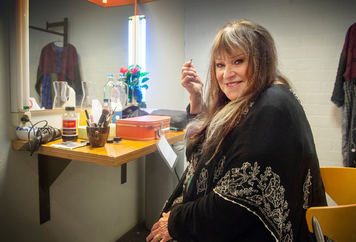 Zangeres Melanie in de kleedkamer van theater Markant in Uden.