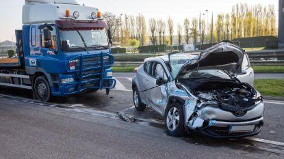 Twee auto's en vrachtwagen botsen
