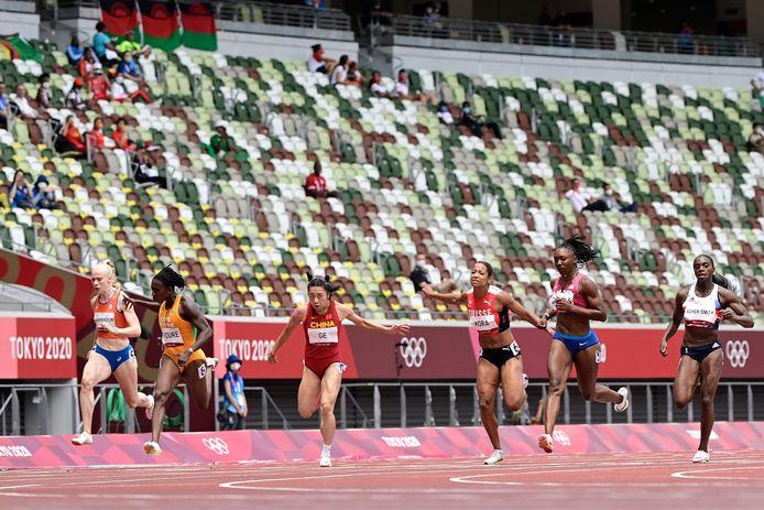 Marije van Hunenstijn, helemaal links, werd zesde in haar serie op de 100 meter sprint.