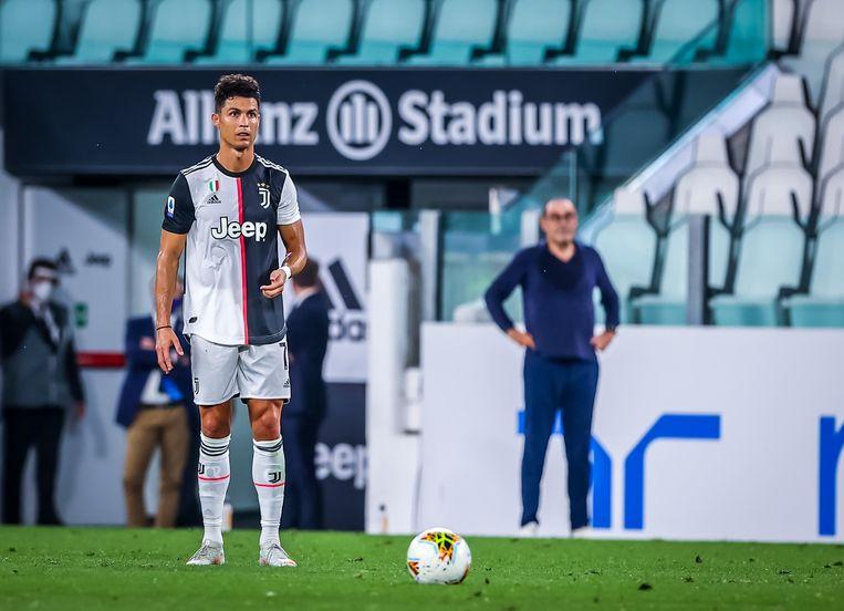 Cristiano Ronaldo, klaar om een strafschop tegen de touwen te knallen.