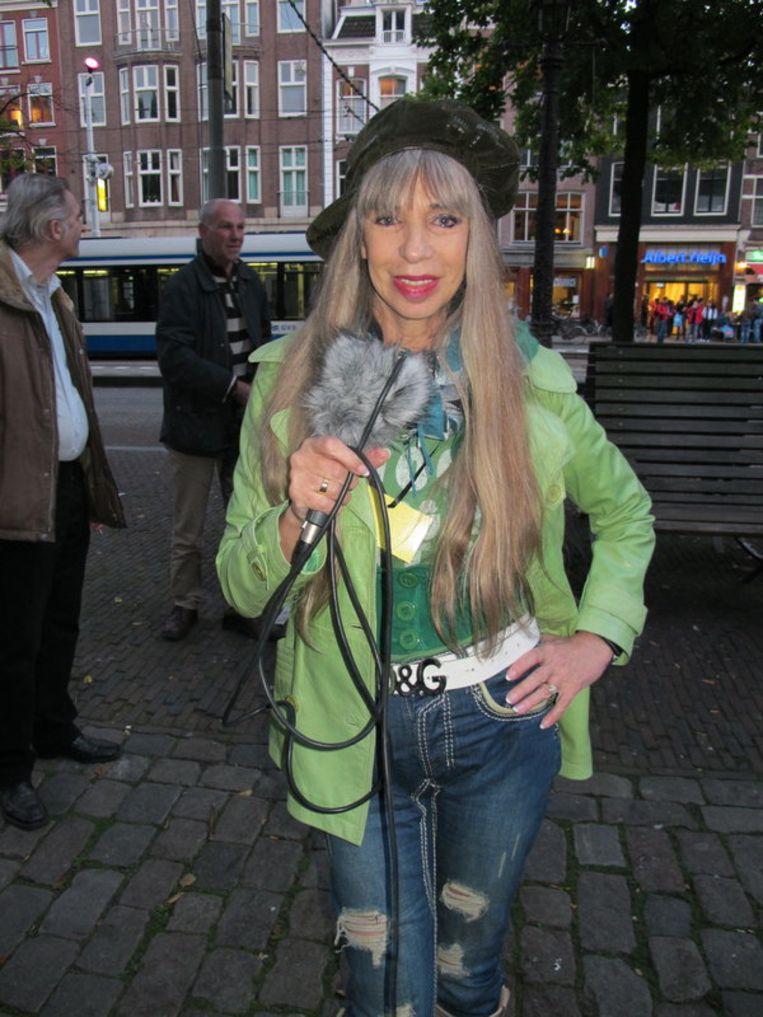 Metje Blaak, ex-prostituee, doet verslag van het gala. Ze checkt haar borsten vaak. Beeld