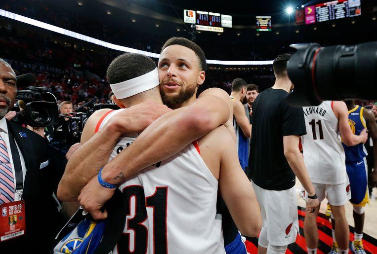 Stephen Curry omhelst zijn broer Seth (31).  Beeld Getty Images
