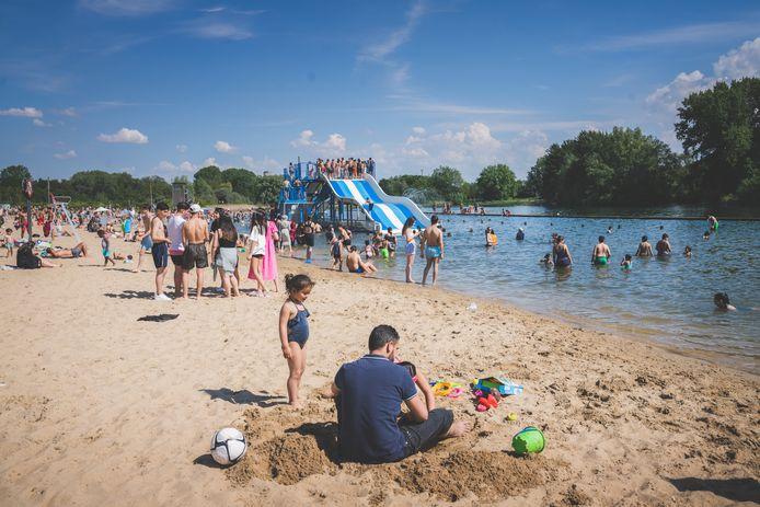 De Blaarmeersen vorige woensdag: veel volk, ook in het water, maar dat mocht helemaal niet. Ook de glijbanen mogen niet gebruikt worden als er geen redders zijn.