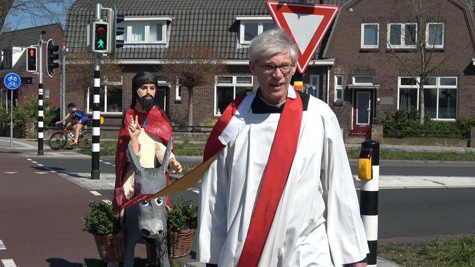 Pastoor René Aarden uit Grave trekt op deze palmpasen met een zelfgemaakte Jezus van papier maché langs al zijn dorpen