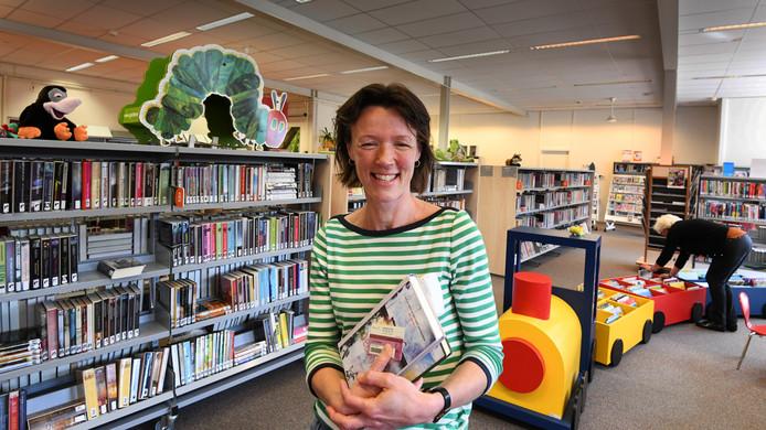 Lezer Daniëlle Brinkhuis is blij met de bibliotheek in Maarn en wil die graag behouden.
