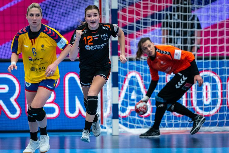 Bo Van Wetering, uitgeroepen tot beste speelster, viert een van haar acht doelpunten tegen Roemenië.  Beeld ANP
