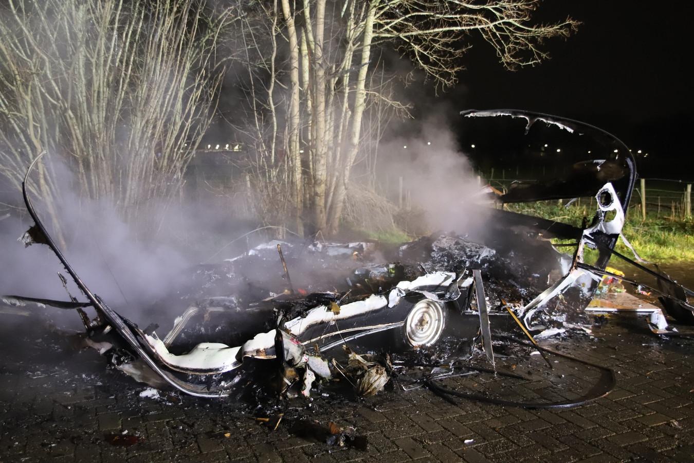 De caravan is volledig verwoest door de brand in Tiel.