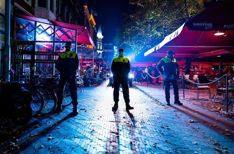 De politie beëindigt een demonstratie tegen de coronamaatregelen op Het Plein in Den Haag.  Beeld Hollandse Hoogte /  ANP