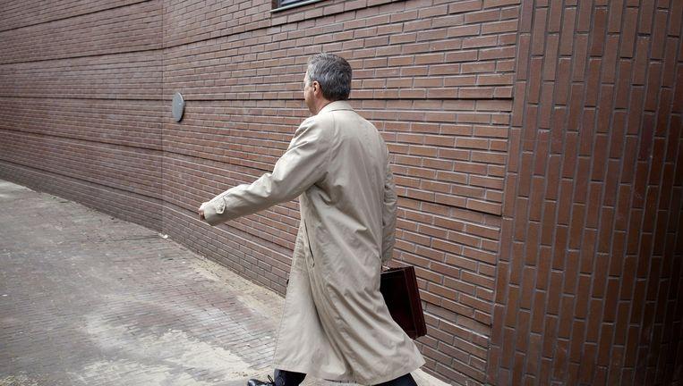 Jan van V. verlaat de rechtbank in Haarlem in 2011 Beeld null
