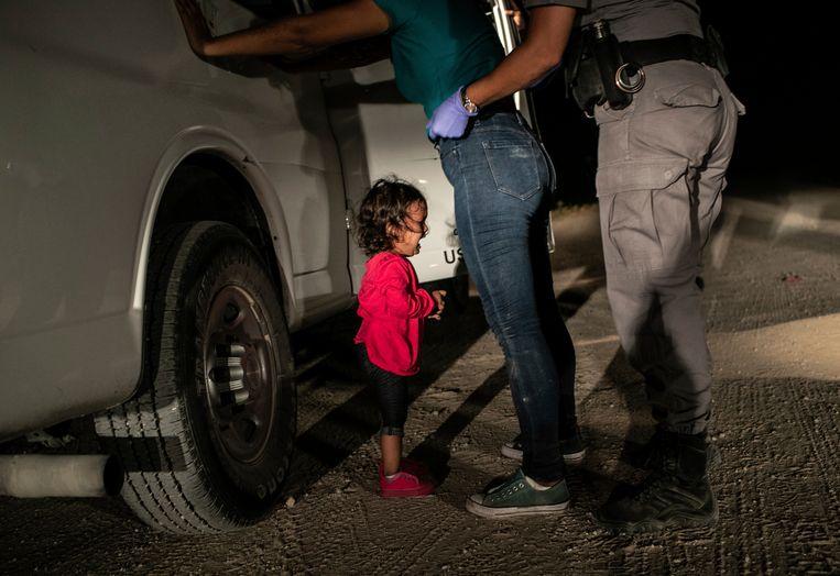 De foto van de Hondurese kleuter Yanela Sanchez is de persfoto van het jaar. Het meisje huilde wanneer haar moeder gearresteerd werd door Amerikaanse grenswachters in McAllen, Texas.
