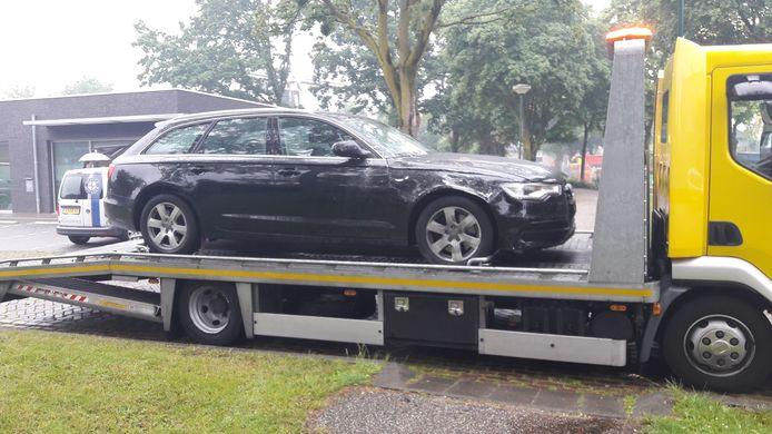 De betrokken auto wordt afgevoerd.