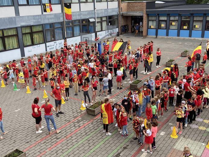 In GO! basisschool Stene verzamelden de leerlingen op de speelplaats om het Belgisch volkslied te zingen.