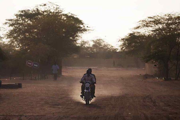 Een stoffige straat in Arlit.<br /><br />De stad Arlit in Niger is nog niet veel beter geworden van de lucratieve mijnenindustrie daar. Arlit werd in 1969 opgericht na de vondst van uranium, waarna Frankrijk er de mijnenindustrie ontwikkelde. Nu zijn er twee grote uraniummijnen, in Arlit - waar inmiddels zo'n 117.000 mensen wonen - en in het nabijgelegen Akouta.<br /><br />Maar de inwoners van Arlit zelf zijn daar niet veel rijker van geworden. Hun stad, gelegen tussen het Aïr-gebergte en de Sahara, is stoffig en verwaarloosd. Bovendien zijn er, volgens een rapport van Greenpeace, nog steeds te hoge radioactieve stralingen nabij de Nigeriaanse mijnen.<br /><br />De voormalige Franse kolonie hoort nog steeds bij de armste landen ter wereld. Beeld reuters