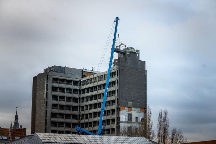 Een deel van de toren werd afgebroken met een kraan vanuit een container.