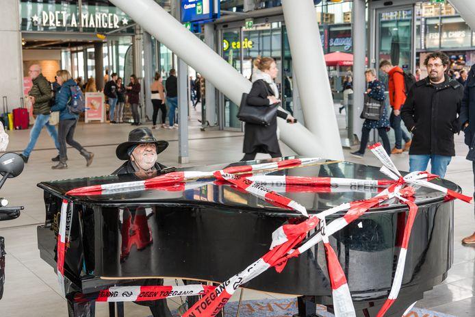De publiekspiano op Utrecht Centraal stond lange tijd ongeschonden in de hal. Tot gisteren, toen bleek dat het ding gesloopt was. Op de foto Tjeerd de Jong, alias Shorty