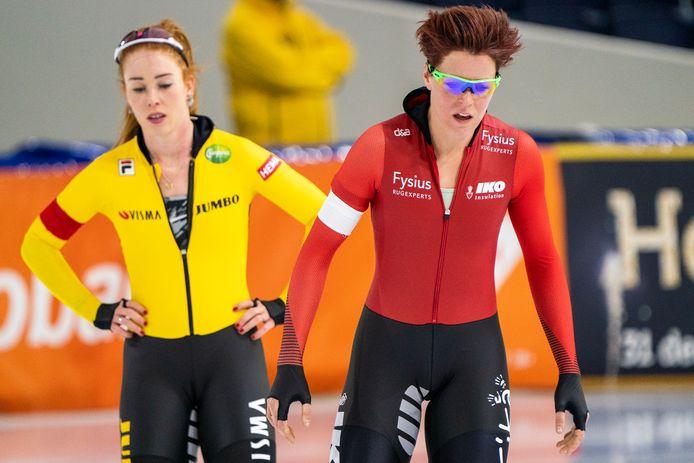 Antoinette de Jong (links) en Jorien ter Mors na de 1500 meter.