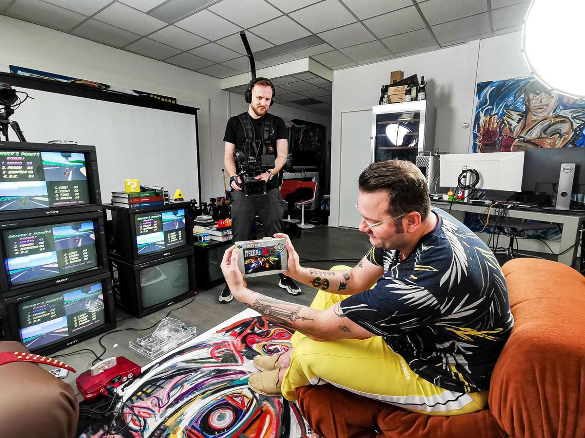 Kunstenaar Peter Riezebos opent voor zijn nieuwste project honderd gesealde en peperdure oude videogames. Het inspireert hem zelf vervolgens om er kunst van te maken