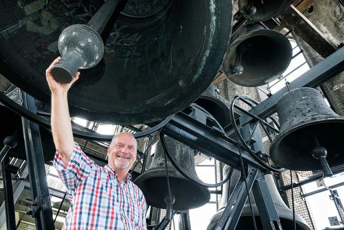 Martien van der Knijff, stadsbejaardier van Hasselt, Hattem, Elburg en Zwolle, hier bij de klokken van het carillon van de Peperbus.