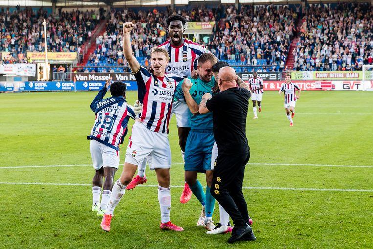 Willem II-spelers Kwasi Wriedt en keeper Timon Wellenreuther vieren een doelpunt tijdens de wedstrijd met PSV. Het zou 2-1 worden. Beeld Pro Shots / Toin Damen