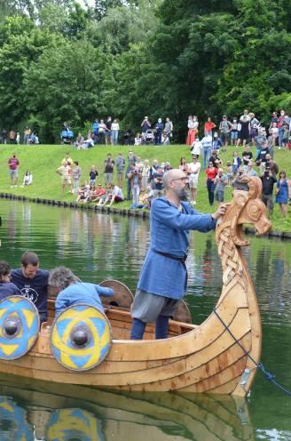 """Stefaan (50) laat zelfgebouwde vikingboot succesvol te water: """"Deze droom had ik nooit voor mogelijk gehouden"""""""