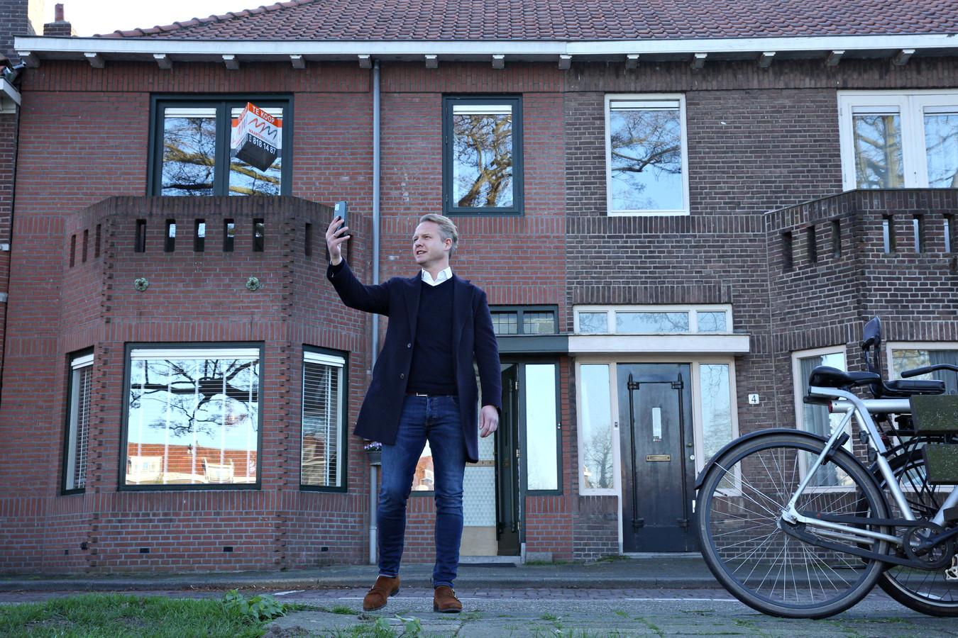 Maarten Broekman van Maarten Makelaardij geeft potentiële kopers een rondleiding door het huis door met ze te videobellen.