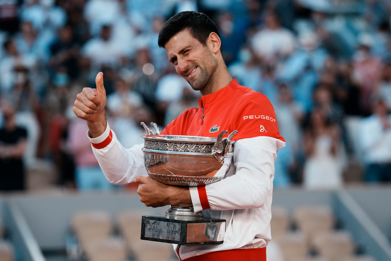 Novak Djokovic steekt zijn duim op na het veroveren van zijn negentiende grandslamtitel.