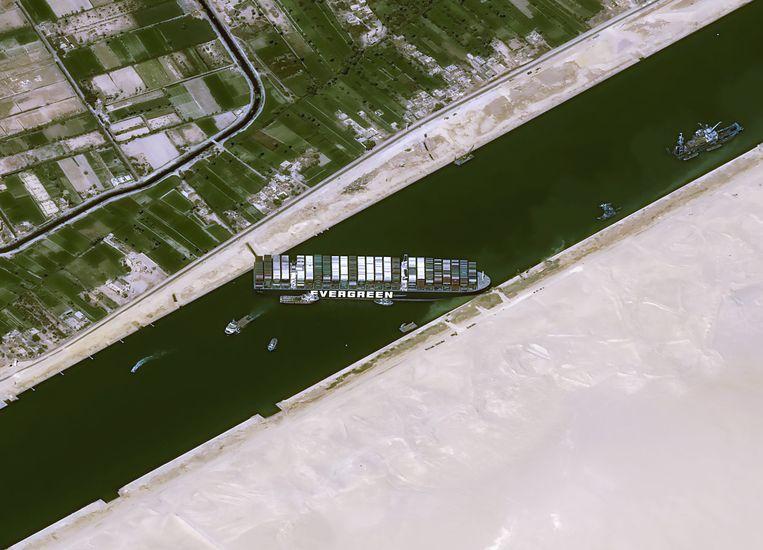 Satellietbeeld van het blokkeerschip in het Suezkanaal. Beeld CNES/AIRBUS DS via REUTERS