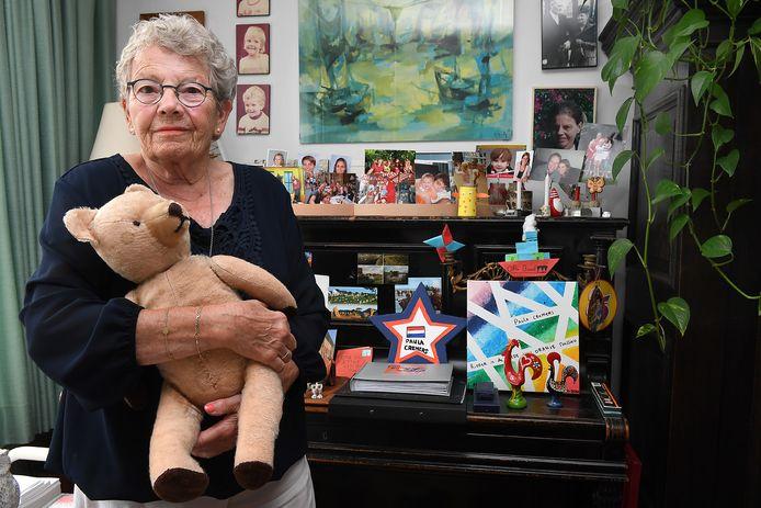 Paula Cremers met de teddybeer die ze bij zich had tijdens de interneringskampen.