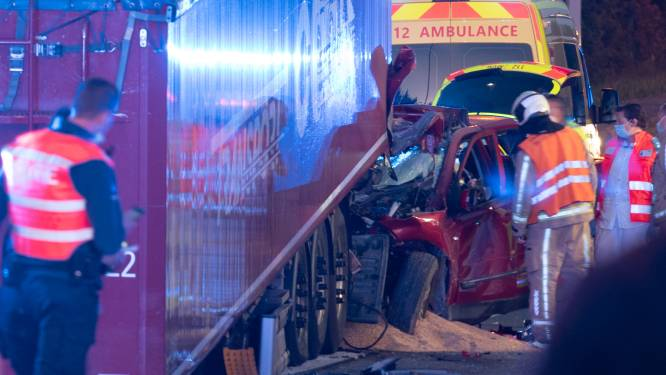Chauffeur overleeft klap tegen geparkeerde oplegger in Zingem niet