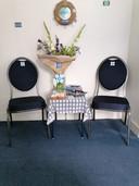 Een bos bloemen en lekkernijen staan klaar voor Esther Kobesen.