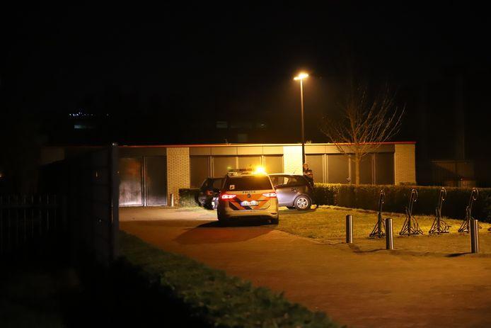 De woning van het slachtoffer dinsdagavond laat na de overval in Tiel.