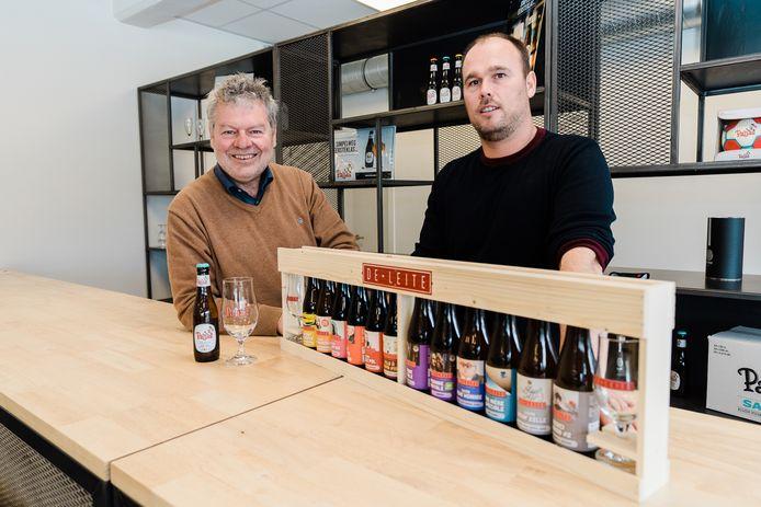 """Luc Vermeersch (links) neemt de Paljas-bieren van Mathias Van den Poel over. """"Luc is een gepassioneerde bierbrouwer mét een visie"""", looft Mathias de bezieler van De Leite."""