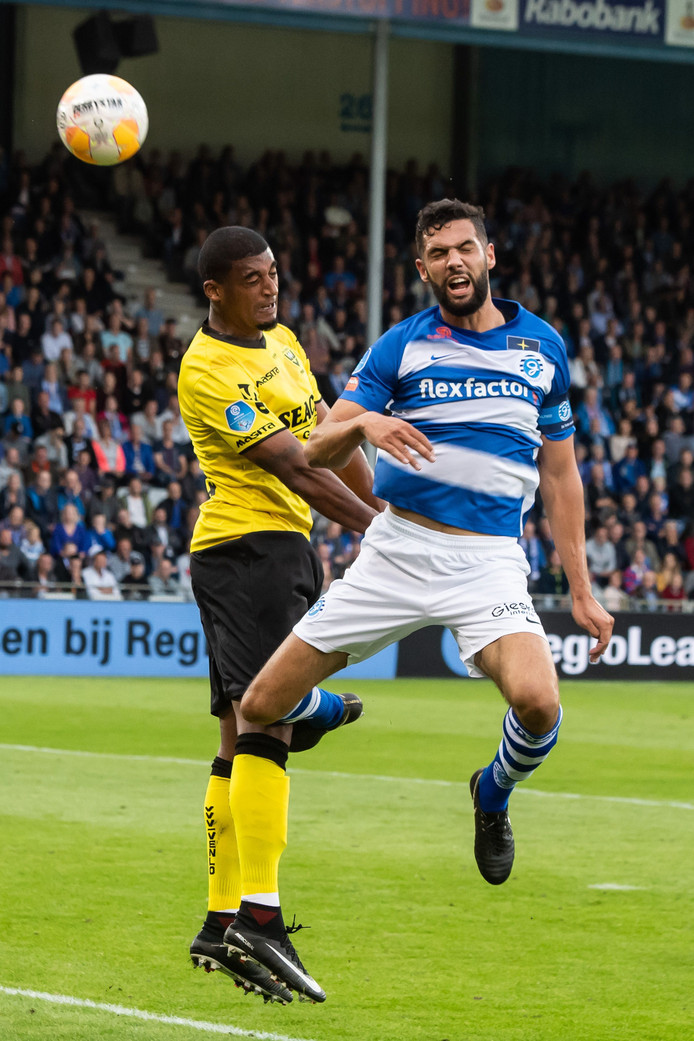 De Graafschap-aanvoerder Sven Nieuwpoort (rechts) in het duel met VVV-Venlo.