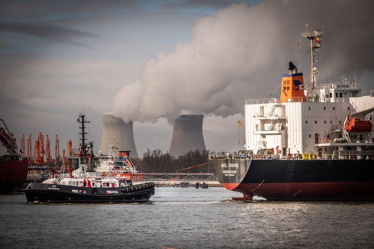 Waterdamp stijgt op uit de koeltorens van Doel.  Beeld © Bart Leye