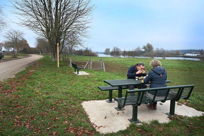 De picknickbank bij het Veerhuis in Oeffelt is al een vertrekpunt voor wandelingen in de Maasheggen. Straks moet er ook een uitkijktoren komen. En een heuse toegangspoort.