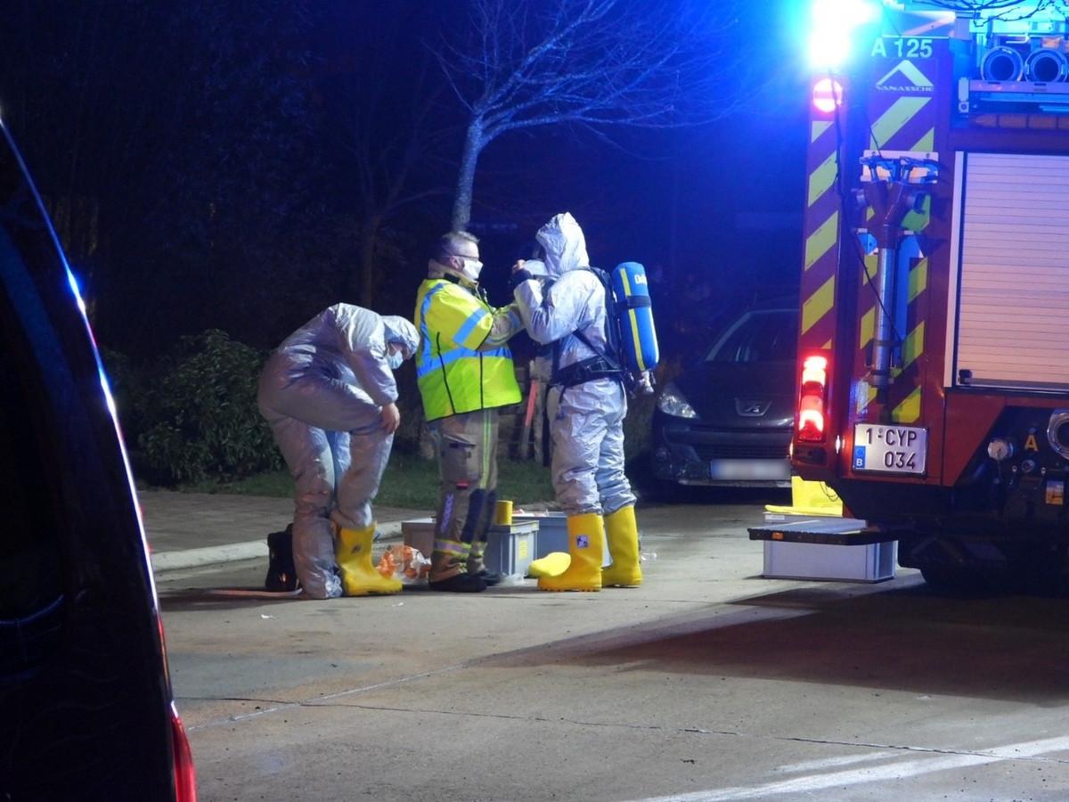 Brandweerlieden in beschermende kledij namen de brief mee voor verder onderzoek.
